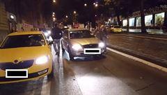 'Vypadni, ty chcípáku'. Taxikáři šikanovali řidiče Uberu lepením samolepek