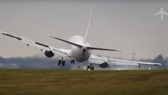 Podívejte se: Problémy s přistáním. Piloty na letišti v Praze zaskočil vítr