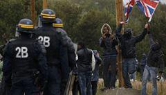 Uprchlíci ze 'džungle' v Calais protestovali, rozehnala je francouzská policie