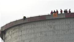 Aktivisté vyvěsili na elektrárně další část transparentu: Již brzy mimo provoz