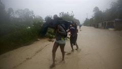 Hurikán Matthew udeřil na Haiti, trhal střechy z domů