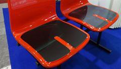 Metro v Praze bude mít sedačky z červeného plastu. Prohlédněte si snímky prototypů
