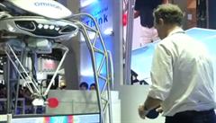 Robot Forpheus hraje pingpong s nováčky i profesionály