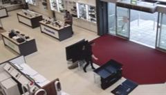 Mladík omylem shodil v obchodě čtyři televize. Musí zaplatit 150 tisíc