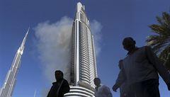 Skleněné peklo v Dubaji. Hořel obří hotel, požár zasáhl 30 pater, ozývaly se výbuchy
