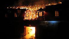Střechu zámku v Plumlově zasáhl požár. Škoda může být až 12 milionů korun.