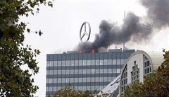 Střecha ikonické berlínské budovy Europa-Center hořela
