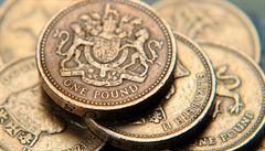 Britská libra po útoku v Manchesteru oslabuje na všech frontách. Akcie rostou