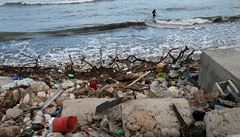 Na indonéském ostrově Bali zaplavují pláže odpadky