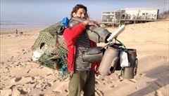 Nizozemec je 'lovec pokladů'. Odpadky z pláží přetváří v umělecká díla
