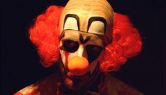 Chlapec převlečený za děsivého klauna utrpěl vážná zranění. Pobodal ho známý