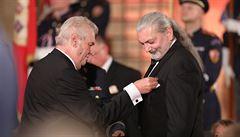 Hůlka vrátí Zemanovi medaili Za zásluhy. Dej si hadr na hlavu, vzkázal prezidentovi, s nímž se dříve přátelil