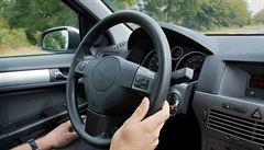 Souložil za volantem, přišel o řidičák