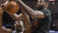 VIDEO NBA: Atlanta ukončila neporazitelnost mistrů, George nakopl míč do hlediště