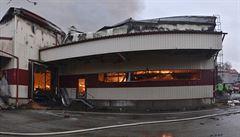 Na Pelhřimovsku hoří výrobní hala na pražení ořechů, hasiči ji nechají dohořet