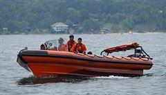Kde je dalších 61 lidí? Po ztroskotání indonéského trajektu zachránili 18 pasažérů, jednoho vylovili mrtvého