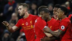 Liverpool rozdrtil Watford a jde do čela Premier League. Arsenal remizoval s Tottenhamem