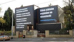 Majiteli vily na pražských Petřinách hrozí za obří plachtu pokuta