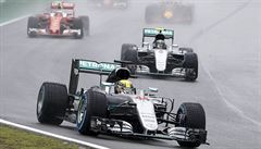 V dvakrát přerušené deštivé Brazílii slavil Hamilton před Rosbergem. Boj o titul pokračuje