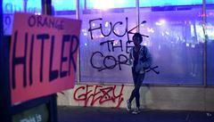 Proti novému prezidentovi protestují již druhý den. Je to nefér, řekl Trump