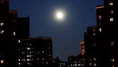 Zeptali jsme se vědců: Proč jsou Měsíc a Slunce zřetelně větší nad obzorem?