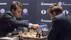 Frustrovaný Carlsen poprvé prohrál. Po sedmi remízách se dostal do vedení Karjakin
