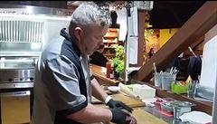 Steakový král z Jeseníků ukazuje, jak správně připravit steak. Učil se i u Jamieho Olivera