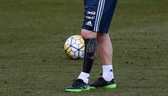 Ze slušňáka drsňákem. Messi dál mění image, ukázal celé potetované lýtko