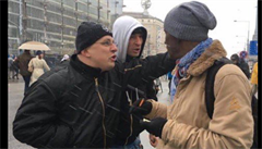 Polský novinář se převlékl za černocha a šel na polský nacionalistický pochod