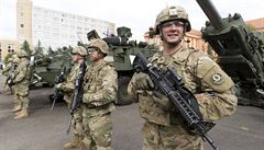Vojáci z povolání si polepší o sedm procent, schválila vláda. Průměrně berou 31 tisíc