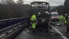 Dálnice D1 ve směru na Prahu opět stála. Provoz zastavil požár autobusu