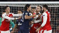 VIDEO: Cavani dal políček Ramseymu. Podle Gerrarda je ale simulant