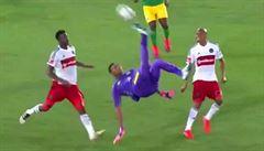 VIDEO: Gólman lepší útočníků. Dal parádní gól nůžkami, poté předvedl zvláštní oslavu