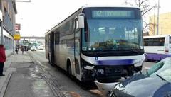V Brně boural opilý řidič autobusu. Vážně se zranila žena a malé dítě