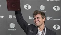 Carlsen je znovu mistrem světa. V rapid partiích Karjakina jednoznačně přehrál