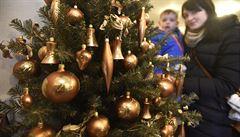 Jak letos ozdobit vánoční stromek? Může být něžně přírodní i tajemně barokní