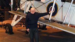 Pilot, který torpédem vážně poškodil bitevní loď Bismarck, zemřel ve věku 97 let
