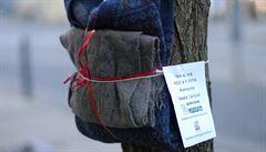Jestli je ti zima, vem si mě! Organizace přivázala na stromy oblečení pro bezdomovce