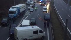 Nehoda dodávek a autobusu blokuje silnici mezi Pískem a Českými Budějovicemi
