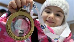Dojemné gesto. Fourcade po svém triumfu věnoval medaili malé holčičce