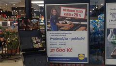 Supermarkety loví prodavače, kde se dá. V boji s konkurencí připlácejí tisíce