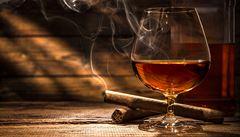 Přemnožená melasa, kvašení a destilace. Oslavte den rumu
