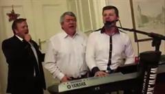 Filip zpíval Kabáty, Semelová poskakovala. Komunisté slavili vánoční 'jolku'