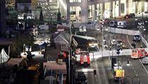 Pohled z výšky na vánoční trh, kterým projel kamion naložený ocelí. Zemřelo 12...