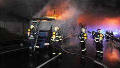 Požár kamionu s auty na Černém mostě poškodil most, škoda se odhaduje kolem 5 milionů korun