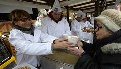 Krnáčová rozdávala tradiční rybí polévku. Přišli si pro ni nejen potřební