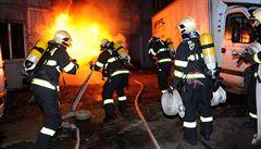 Hasiči likvidovali požár v pražské Libni. Na pomoc si vzali řezací zařízení