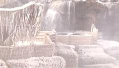 Zima zahalila dechberoucí čínské vodopády do ledové krásy