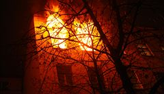 Plameny šlehaly z oken.  V centru Prahy hasiči krotili požár bytu