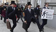 Brnem prošlo švihlou chůzí 250 fanoušků Monty Python